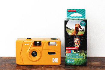 トイカメラのようなプラスチックボディのフィルムカメラがこちら。フラッシュ内蔵で、暗いところや室内でも使うことができます。とっても軽いので、おでかけに持っていくのに最適!フィルムの入れ方や、取り出し方など、詳しい説明書が中に同封されているので、初心者の方でも理解しやすいですよ◎