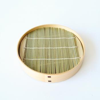 暑い時期はのどごしの良いざるそばが最高ですよね。曲げわっぱでできたそば皿に入れると、お店のように本格的!秋田杉の美しさと耐久性が魅力です。使った後は汚れを落とし、しっかり乾燥させることで長く使えますよ。