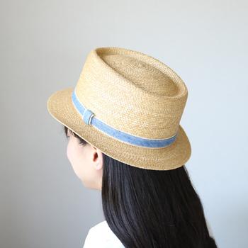 麦わら帽子は夏の定番ファッションアイテムですよね。Tシャツやスニーカーと合わせて、カジュアルなコーディネートを楽しめます。小麦色に水色のリボンが爽やか♪柔らかく頭にフィットする被り心地も◎