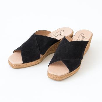 素足でさっと履いておしゃれに決まるサンダルです。ブラックはコーディネートを引き締めて、かっこいい印象にしてくれそう。ヒールは6cmありますが、ウェッジソールなので歩きやすいのがgood!