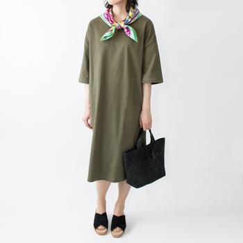 パンツと合わせてカジュアルにしても、スカートやワンピースと合わせて上品なコーディネートにしても◎フェミニンなスカートと合わせると、甘辛コーデになりますね。