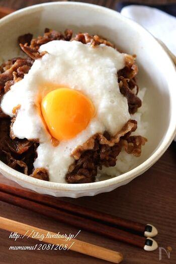 こちらはスタミナをつけたい時に食べたい「牛とろろ丼」!生姜と卵黄も加えることで、味に奥行きが出ます♪