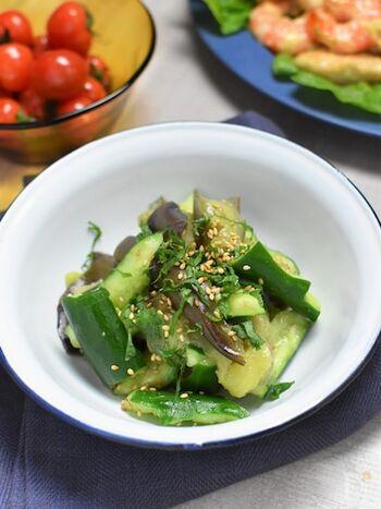 野菜がたっぷり食べられる韓国料理の中で、野菜を使ったメジャーな料理といえばナムル。黒酢を使うことでほんのりした甘みも加わり、さらに野菜がおいしく食べられます。こちらは夏野菜のきゅうりとなすを使ったナムルです。
