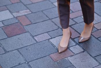 かかとには、体重のおよそ70%の圧力がかかっているといわれています。もともと過度な負担がかかりやすいパーツなので、荒れやすいこともガサガサの要因です。  足に合わないパンプスや、クッション性の悪い靴、サイズが合わない靴を履くことも、かかとのガサガサ悪化に繋がります