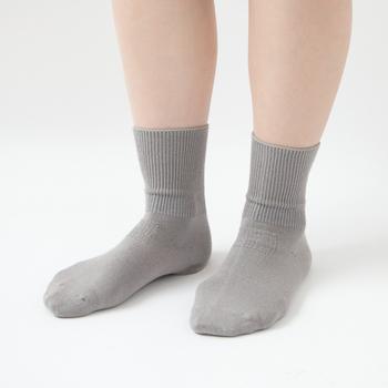 家にある普通の靴下でも、保湿クリームを塗ったあとのかかとの保護はできます。ケア専用のものは保湿効果に優れていたり、冷えを防いだりとガサガサかかとを改善することに特化しているので、すでにガサガサになっている場合はこちらを選ぶのがおすすめです。