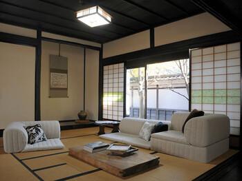 和室はもともと座ったり、寝転がったりと視線を低くもってくるのが普通というお部屋。配置する家具もローアイテムを選ぶとしっくりきます。背の低いものを置くことで、お部屋も広く見えますし、圧迫感がなくゆったりとした雰囲気を作れます。