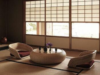 艶やかな光を反射する様子が美しい、丸みを帯びたローテブル。和室が凛として見えますね。  このモダンなローテブルは、水牛の革を使ったものだそう。ガラスの天板と雪見障子のガラス部分がうまくリンクしています。天然素材を使った家具は、使い込むほどに味わいが出て、畳と一緒に経年変化を楽しめます。