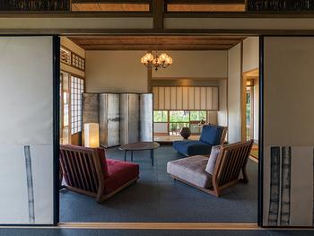 和室は直線を多用したデザインになっていることが多いので、配置する家具にも直線的なデザインを取り入れると、和室の静かで、整然とした雰囲気が際立ちます。