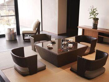 小あがりになった和室に設えられたのは、モダンな座椅子とローテーブル。昔からここにあるのが当たり前のような風情がありながら、デザインはとても現代的。明るく開けた洋室から続く空気感を感じながら、和室が持つ独特の世界観を保てます。