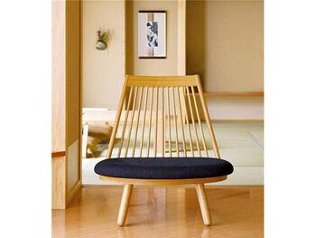 あぐら椅子とも言われる座面が広いローチェア。モダンなデザインを取り入れつつ畳を傷めないよう、脚先は丸みを持たせています。和室に馴染むようにデザインされた家具であることが分かりますね。木の背もたれが障子や和室の設えによく合っています。