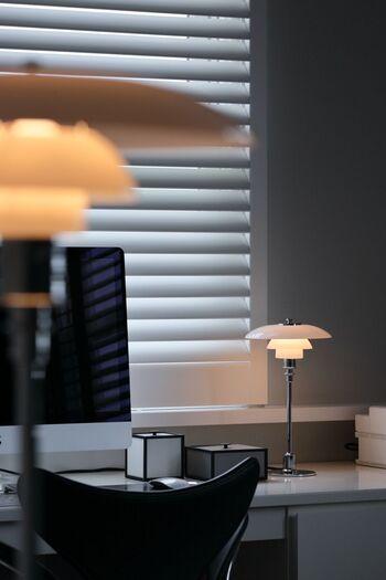 乳白色の吹きガラスシェードが、柔らかい光を生み出す、PH2/1 テーブル。3種類のサイズのなかで一番小さなランプです。 シンメトリーに置くとラグジュアリーですが、1台でもとても美しいランプですね。