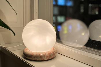 部屋の片隅に置いてふんわり広がる灯りを楽しみたい、丸いランプ。天然大理石のリング型台座がセットになっています。 球体なので360度照らしてくれるところも◎