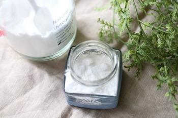 重曹を使ったアイデアも簡単です。空き瓶に入れるだけでOK。 こちらもお好みでエッセンシャルオイルやポプリを混ぜてもいいですね。 1ヶ月ほど消臭効果が続くそうですが、研磨力が落ちるわけではないので、使用後は掃除に使えます。