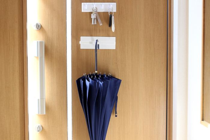玄関は鍵や印鑑などの小物や、傘や掃除グッズなど、収納したいものがたくさんある場所。 収納場所に困ったら、ドアを利用してみませんか? マグネットでピタッとくっつけられる、収納アイテムが便利です。