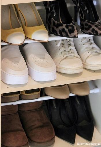 下駄箱に収納しきれないときは、2本の突っ張り棒で収納力UP。  奥側に高さをつけると、見やすく取り出しやすくなります。また、下段にヒールのある靴を置いても、靴が当たらず収納できます。