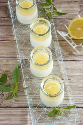 レモンの爽やかさはぜひスイーツでも味わいたいですね。夏はつるんと食べられるゼリーがおすすめ。はちみつレモンのソースをかけて、甘酸っぱさを堪能してください。