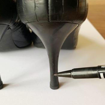 黒いレザーパンプスには油性マジックも◎ 気がついたときにささっとメンテナンスできて、便利なアイデアですね。