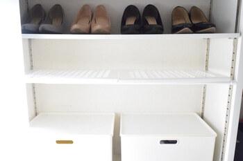 ダイソーでは、突っ張り棒に取り付けられる棚があります。 棚なら、靴以外のちょっとした小物も置けて、収納できるように。 どちらも100円ショップで揃えられるので手軽です。