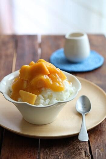 夏といえば、かき氷!コンデンスミルクと牛乳を、フリーザーバッグで冷やすだけなので、かき氷機いらずで作れちゃいます。たっぷりマンゴーをトッピングして食べましょう。器を、デザートカップにするだけで、カフェっぽさが増します。お気に入りの器を選ぶのも楽しいですね。