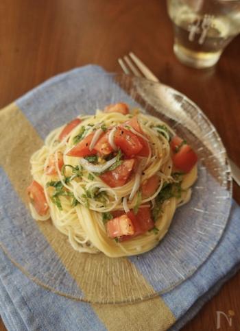 冷たいトマトと、大葉とニンニクの香りが食欲をそそる冷製パスタ。大葉が大好きな方には、たまらないメニューです。冷製パスタの麺は、ボールに氷を張り、少量の水を加え、そこに茹でたパスタを入れて一気に冷やしましょう。流水で洗ってしまう方法だと、パスタの旨味や塩加減を流し切ってしまいます。冷やしたパスタはザルにとって水分をしっかり切りましょう。味付けのときに、オリーブオイルを加えると麺がくっつきにくくなりますよ。