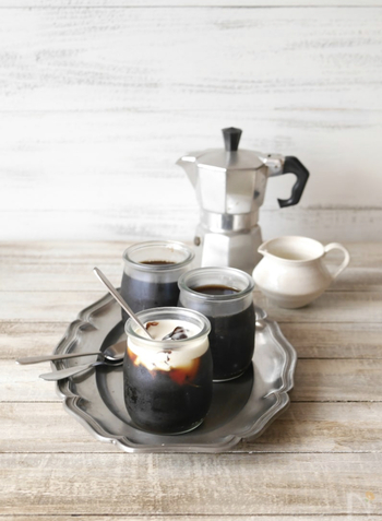 夏は、ホットコーヒーやアイスコーヒーの代わりに、ひと手間かけて食後にコーヒーゼリーはいかがですか?冷たいゼリーに、生クリームを絡めて…コーヒー好きにはたまりません!ゼリーに使うコーヒーは、深煎りのものを選ぶとバランスが良くなります。コーヒーの酸味は、生クリームやバニラアイスと一緒に食べると軽減されるので、ぜひ上からかけて美味しく食べてくださいね。