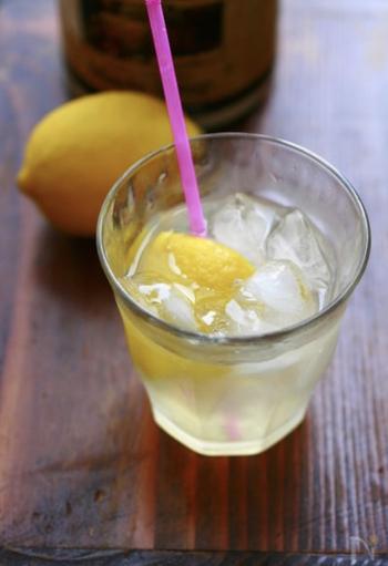 レモンシロップをわざわざ作らなくても、レモンとメープルシロップと炭酸水だけで簡単にできる、即席レモネードです。カットしたレモンをトッピングして、オシャレに!