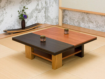 深みのある色合いがとても素敵なこちらのテーブル。実はカリモク家具とサントリーのコラボ商品で、ウイスキーの樽材を使っています。実際にウイスキーの樽とて使われていたホワイトオーク材にはウイスキーの染み跡もみられ、趣深い家具に仕上がっています。  このようなどっしりとしたモダンテーブルは、ナチュラルな畳の上で美しく決まります。