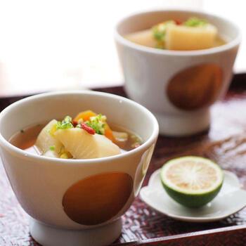 具沢山なスープはぜひ夕飯の一品に加えたいメニューですが、火口を長く塞いでしまうのが悩みの種。そんな時こそ保温調理鍋の出番です。いやいや、具沢山スープは朝でしょう、という人は、寝る前にサッと沸かして保温鍋に入れてお休みください。朝起きたらじっくり煮込んだ美味しいスープが完成していますよ!