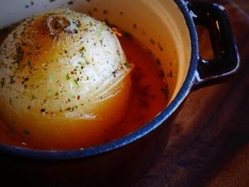 まるで映画に出てきそう!美味しい新たまねぎの季節には、こんな素材を味わうメニューを取り入れて。きれいな形を残したまま、甘くて中までとろとろの玉葱スープはぜひ作って欲しい一品です。