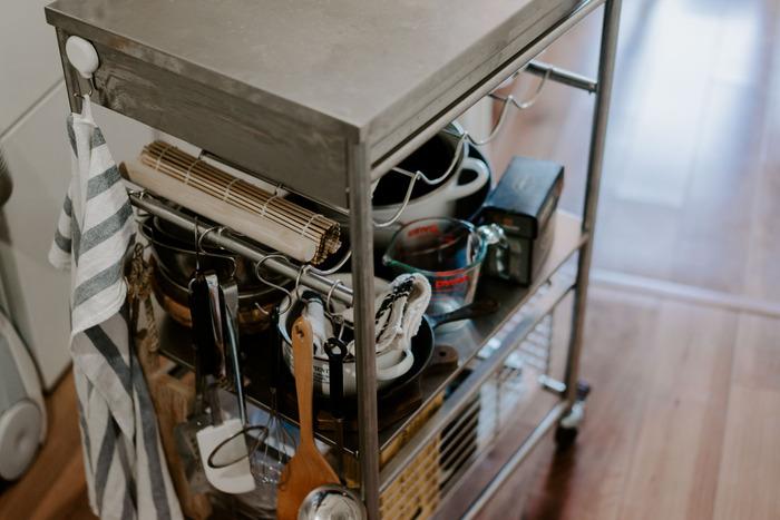 キッチンが狭くて置き場を固定できない場合は、ワゴンを使って収納も便利です。ワゴン+S字フックならより収納力もアップし、使いたいときにさっと取れて便利。