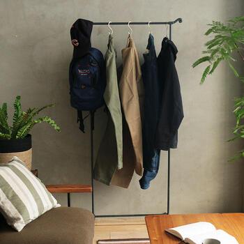上着や帽子、バッグなどまとめて見せる収納にするのも良いかも。お出かけの際、サッと取れて便利です。