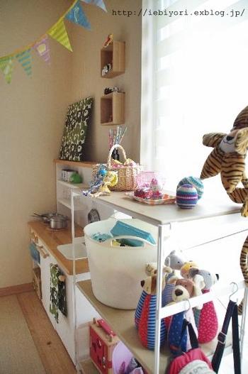 散らかりがちな子供のアイテムも、シェルフラックとS字フックで棚に置く物とかける物にわければ、見た目もスッキリまとまります。