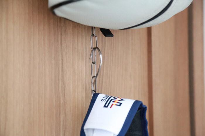 ドアハンガーなどを使って、高い位置から吊るして収納の際、S字フック+チェーンの組み合わせなら、下のスペースもムダなく活用することができます。