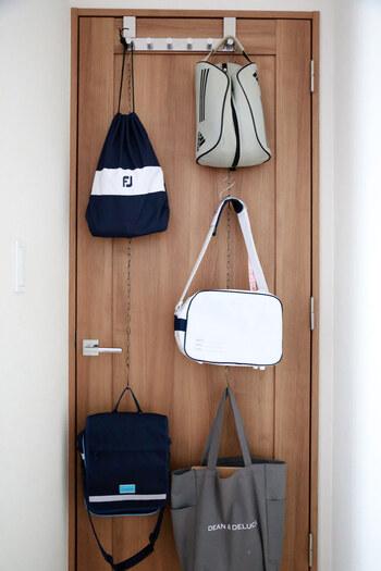 家族の身長に合わせて、下を子供のバッグ、上を親のバッグなどにすれば、取るのも楽チン。またドアではなく、壁面収納の際にも、S字フック+チェーンは使えそう。