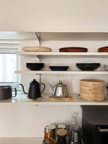 よく使うスタメンの食器を「見せる収納」にすれば、取り出しやすく料理もスムーズに。 料理の盛り付けはもちろん、後片付けもしやすい収納方法です。キッチンの壁面に吊り棚を設置したり、キッチンシェルフに並べてもおしゃれですね。  こだわりの作家ものから、シンプルで使いやすいお手頃なものまで、日ごろからお気に入りを揃えておくことがポイント。 同じテイストやカラーにすることで、すっきりとした印象になります。