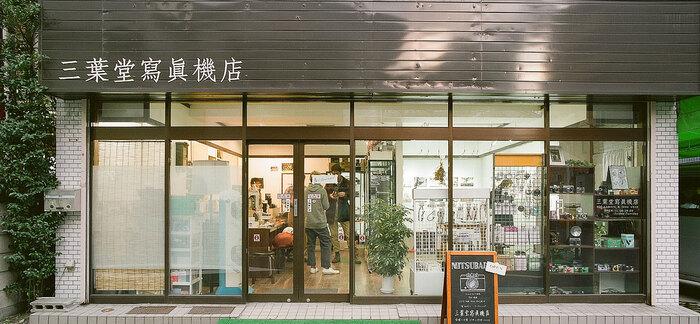 カメラ屋さんは古い店も多く、入店するのに緊張してしまうことも…。そこでおすすめしたいのが、2017年2月に東京・日暮里にオープンした「三葉堂寫眞機店」。敷居が高いと思われがちな中古カメラ店をもっと身近にしたいというコンセプトの元、女性でも入りやすい空間になっています。