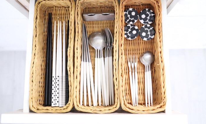箸やカトラリーは、「普段使いのもの」と「来客用・予備用」を分けて収納することがポイントです。籠やケースで仕切りを作って仲間分けすると、整理整頓できて見た目もきれいに収納できます。  来客用も同じように仲間分けして籠やケースに入れておき、収納棚やキッチンシェルフに収納しておけば、おもてなしもスムーズです。