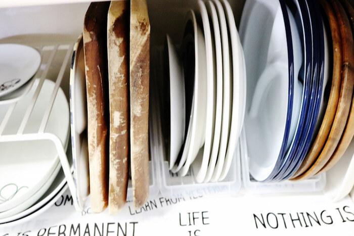100均の専用グッズやファイルボックスを使って平皿を立てて収納する方法も。キッチンシェルフやシンク下収納など、場所を選ばず収納することが可能です。お皿同士がぶつかることが気になる場合は、お皿とお皿の間に紙皿を挟むといいそう。