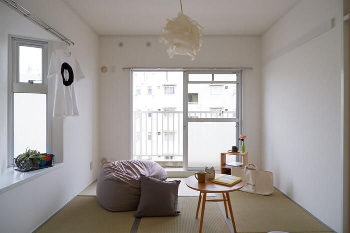 座布団ではなく、ゆったりとしたクッションソファーを合わせるのもいいですね。初心者さんでも取り入れやすいアイテムのひとつです。ふかふかの座面に座るのはもちろん、床に座ってよりかかることもでき、和室向きといえます。視線も低く保つことができ、窓から差し込む日差しを遮りません。