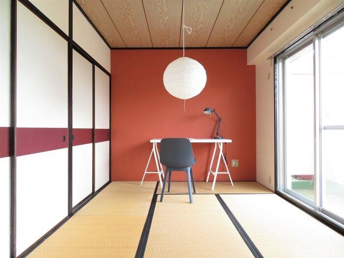 臙脂色の壁と襖のラインがなんともお洒落な和室です。壁一面を一色で塗ることで、お部屋の印象が大きく変わります。ふんわりと浮かぶ白い丸い和風ライトとの相性も良く、洗練された和の空間が出来上がっています。