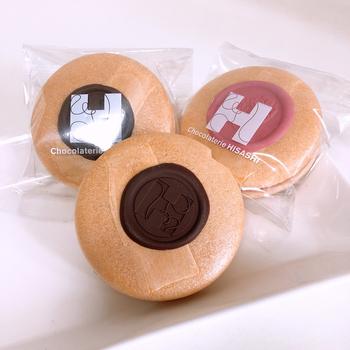 京都東山にあるショコラトリーヒサシの「Monaショコラ」は、最中とチョコレートが融合したおしゃれなスイーツ。お店のロゴが刻印されたエンブレムのようなチョコレートがエレガントな印象です。
