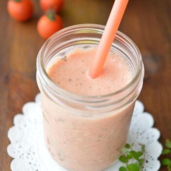 ヨーグルト・牛乳・はちみつといえは「ラッシー」ですが、そこにトマトジュースを加えて、夏に嬉しい栄養素もプラスしましょう。  トマトジュースが苦手なお子さんでも、「ラッシー」の味を強めになるよう調節すれば、きっとごくごく飲んでくれるのでは♪
