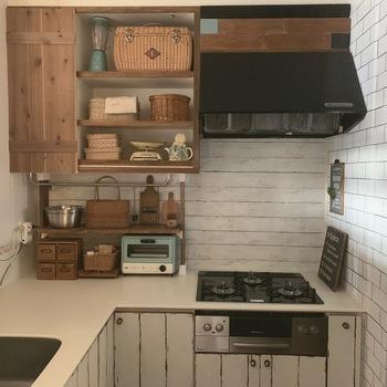 壁を傷つけないだけでなく、ちょっとしたスペースに棚を作れるのもディアウォールの魅力。市販の棚ではぴったりサイズの物を見つけにくい、カウンター下やキッチン、トイレの棚の上などを有効活用できます。