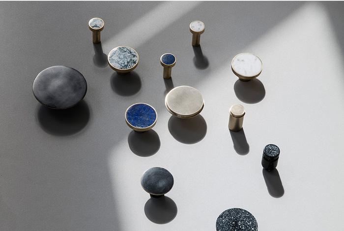 まるでアクセサリーのようなこちらも、実はフックなんです。石の種類は5種類。それぞれサイズが大小と選べます。さらに金具の種類も真鍮(金)とステンレス(銀)の2タイプから選べるので、お気に入りのひとつが見つかるはず!