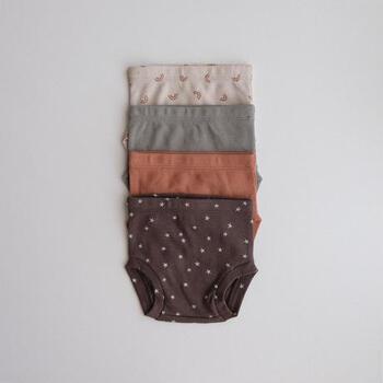 こちらも同じくQUINCY MAE(クインシー メイ)のなんとも可愛らしいオーガニックコットンのリブ素材のブルマ。コーディネートしやすい落ち着いたカラーで、夏は一枚で、秋冬はタイツと合わせて着るととても可愛いです!