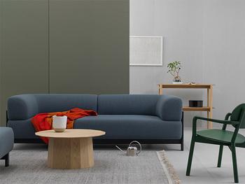 一見すると和室には向かないようなモダンなデザインの家具。実は案外、和のテイストにも馴染むものなんですよ。  ファブリック系のものをチョイスすると、畳のナチュラルな雰囲気にもよく合います。また、フレームに木を使っているものを選ぶのもポイントのひとつ。