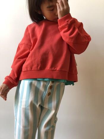 大胆なブルーのストライプ柄が目を引くpiu piu chickのパンツ。ポケットの赤いロゴや大きめなボタンなど細部までこだわりが詰まったマリンテイストの可愛いパンツです。