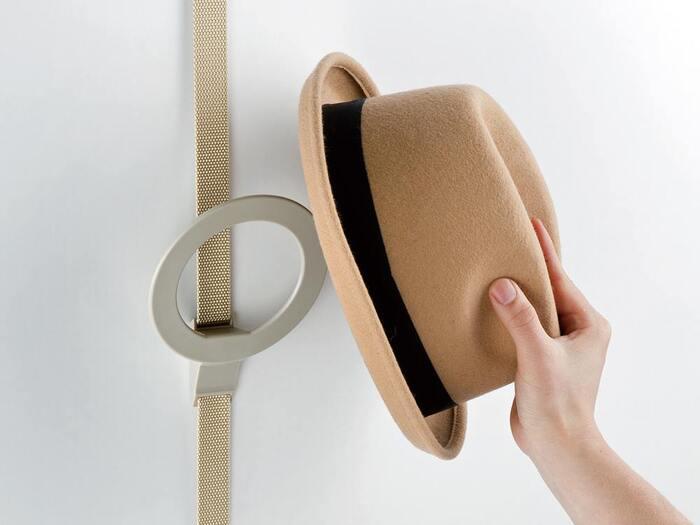 ドアフック ハットは、落ちにくいリング型になっていて、いろいろな形の帽子をかけられる上に、リングにストールやマフラーを通して収納することも可能です。