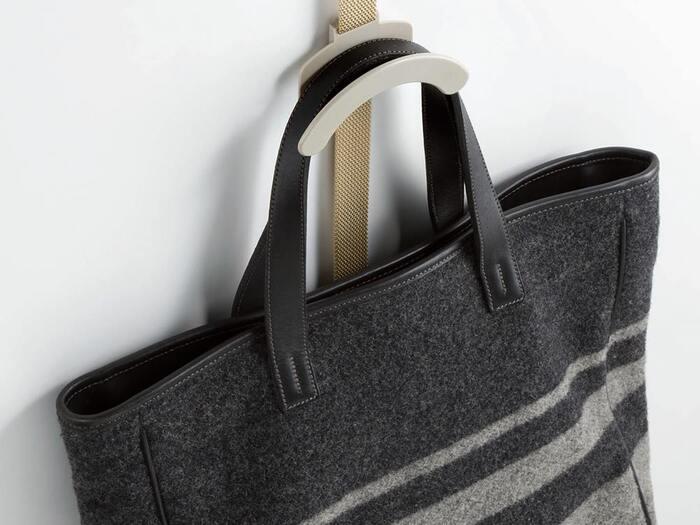 耐荷重は1フックあたり、ハットが約1.5kg で、バッグは、約2.5kgもあるので、大きめのバッグでも安心してかけられます。そのうえ、バッグの取っ手をいためることがないよう、フックの形状が大きめアールの形になっており、安定感があるのも嬉しいポイントです。