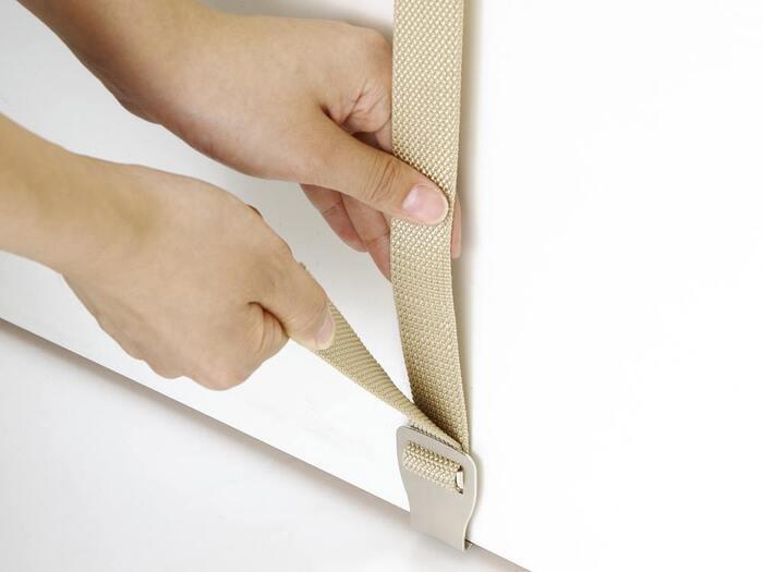 240cmまでの高さで、約2.5~4cmまでの厚みのドアに対応しているため、ドアだけでなくお部屋のクローゼットにも使えます。しかも工具を使わずに簡単に取り付けできるのも◎。さらにフック自体、動かせるので、かけるもののサイズに合わせて自由に配置できるのも魅力的。